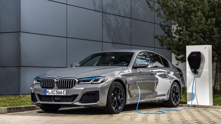 bmw-serie-5-545e-xdrive-berlina-545e-sedan-2020-01@2x